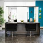 Arbeitsbereich Friseursalon zwei Friseurstühle vor Spiegel