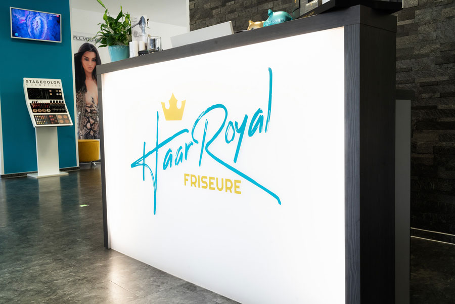 Kasse Eingangsbereich mit Haar Royal Friseure Logo